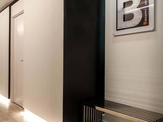 Oficinas BeHappy Barcelona: Pasillos y vestíbulos de estilo  de EAIM Estudio de Arquitectura e Ingenieria Mirtolini