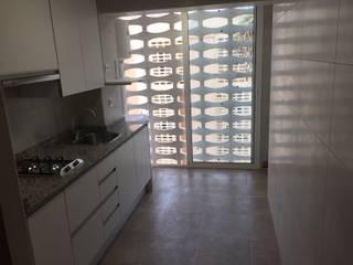 Reforma completa de apartamento playa:  de estilo  de INTERMOBLE COCINAS