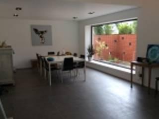 M_062: Salle à manger de style  par Qbrik Architecture