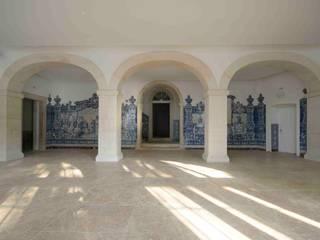 CONVENTO DOS INGLESINHOS Corredores, halls e escadas modernos por armazem de arquitectura Moderno