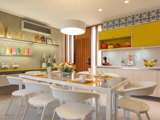 BANGALÔ/ PRAIA/ ÁREA 150M2: Salas de jantar  por arqMULTI