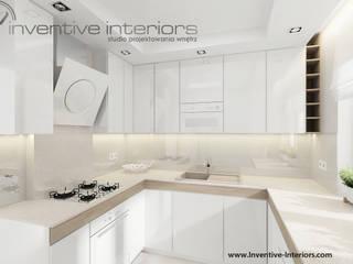 Biała kuchnia z drewnem: styl , w kategorii Kuchnia zaprojektowany przez Inventive Interiors