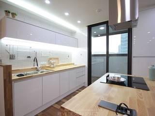 동탄아파트인테리어 능동 푸른마을두산위브 33평 인테리어 모던스타일 주방 by 디자인스튜디오 레브 모던