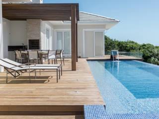 WR House トロピカルデザインの テラス の Renata Matos Arquitetura & Business トロピカル