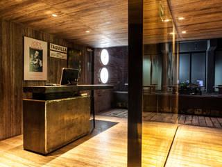 Barnabé Bustamante Ludlow Arquitectos Bar & Club in stile industrial