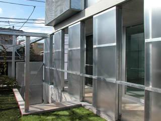 半透明の板塀で囲む住居: ユミラ建築設計室が手掛けたベランダです。