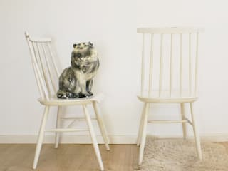 2 witte spijlenstoelen. Tapiovaara stijl-vintage houten stoelen. :   door Flat sheep