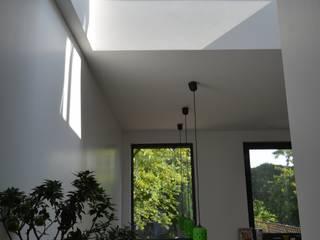 Rénovation et agrandissement d'une maison individuelle Couloir, entrée, escaliers modernes par SARA Architecture Moderne