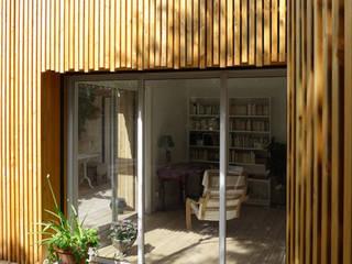 Extension bois – La Fare les Olivier: Maisons de style  par T3 Architecture