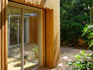 Extension bois – La Fare les Olivier: Terrasse de style  par T3 Architecture