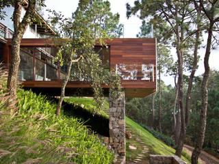 La casa en el bosque: Casas de estilo  por EMA Espacio Multicultural de Arquitectura