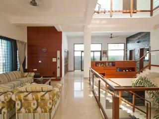 Corredores e halls de entrada  por  Murali architects, Moderno