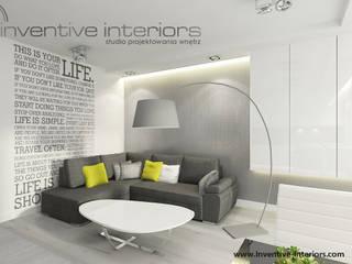 Beton i naklejka ścienna w salonie Nowoczesny salon od Inventive Interiors Nowoczesny Beton