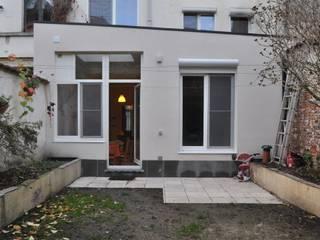 Extension d'une maison unifamiliale à Ixelles: Maisons de style  par Responsible Young Architects sprl