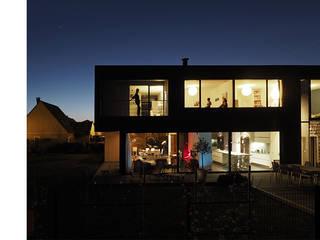 Maison Mv2: Maisons de style  par RIVA Architectes