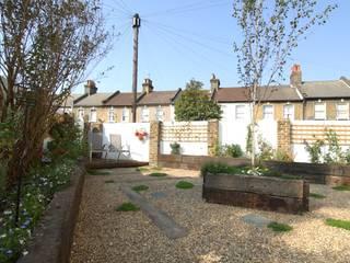 Fruit and Vegetable Garden - East London ラスティックな 庭 の Earth Designs ラスティック