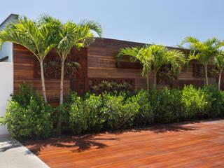 Residência Barra da Tijuca III Varandas, alpendres e terraços modernos por Carmen Mouro - Arquitetura de Exteriores e Paisagismo Moderno