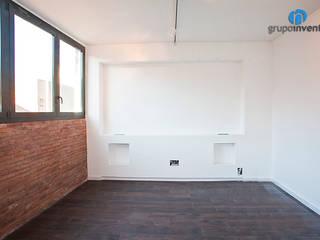 Reforma integral en Marina, Barcelona Dormitorios de estilo industrial de Grupo Inventia Industrial