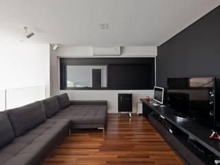 Salas multimedia de estilo  por Conrado Ceravolo Arquitetos