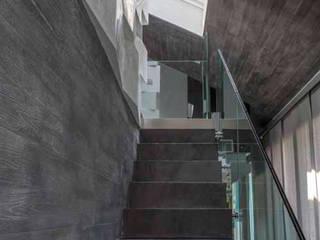 Loft in Torino: Ingresso & Corridoio in stile  di Lana_Savettiere Architetti