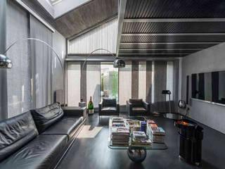 Loft in Torino: Soggiorno in stile in stile Minimalista di Lana_Savettiere Architetti