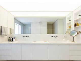Salle de bains de style  par RSRG Arquitetos, Minimaliste