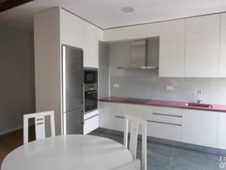 Rejuvenecimiento inmobiliario en la 31 Agosto | SAN SEBASTIÁN Cocinas de estilo moderno de Etxe&Co Moderno