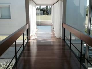 Casa Moderna GG&A Modern corridor, hallway & stairs