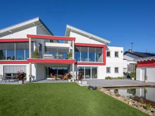 Gartenseitige Ansicht der großflächigen Verglasung im EG:  Häuser von aaw Architektenbüro Arno Weirich