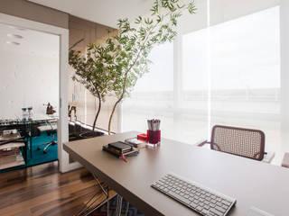 Oficinas y bibliotecas de estilo moderno de Arina Araujo Arquitetura e Interiores Moderno