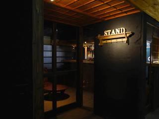 心斎橋STAND: 六波羅真建築研究室が手掛けたバー & クラブです。,モダン