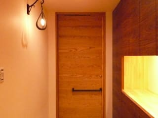 Corridor & hallway by 株式会社 atelier waon, Modern