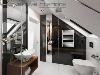 INVENTIVE INTERIORS – Dom z wysokim salonem Nowoczesna łazienka od Inventive Interiors Nowoczesny