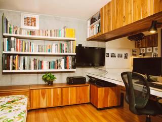 Estudios y oficinas de estilo  por CASA CALDA