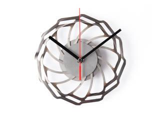 Die Zeit-Bremse: eine Wanduhr aus einer abgenutzten Bremsscheibe eines Fahrrads. ReCycling Products Wände & BodenWanddekorationen Metall Metallic/Silber