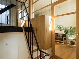Mimasis Design/ミメイシス デザイン Modern Corridor, Hallway and Staircase