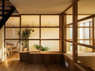 House in Funamachi: MimasisDesign [ミメイシスデザイン]が手掛けたリビングです。