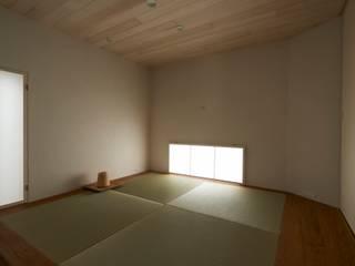 House in Nishitomigaoka: Mimasis Design/ミメイシス デザインが手掛けたリビングです。,