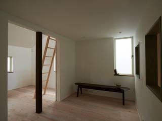 Salas de entretenimiento de estilo  por Mimasis Design/ミメイシス デザイン, Moderno Madera Acabado en madera
