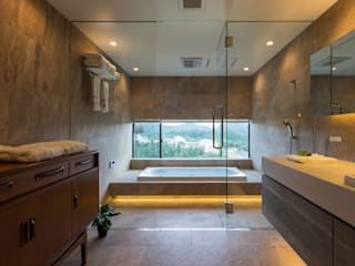 Mimasis Design/ミメイシス デザイン Modern style bathrooms Grey