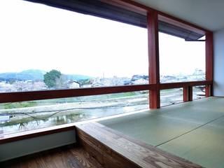 House in Matsugasaki: Mimasis Design/ミメイシス デザインが手掛けたリビングです。,