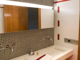 Modern bathroom by JORGE RIQUELME | DISEÑO INTERIOR Modern
