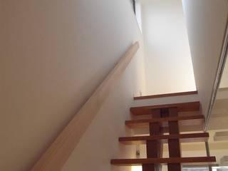 階段: Mimasis Design/ミメイシス デザインが手掛けた廊下 & 玄関です。,