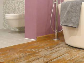 Alter Dielenboden kommt im neuen Bad gut zur Geltung.: moderne Badezimmer von Junghanns + Müller Architekten