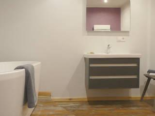 schlichte Elganz am Waschtisch: moderne Badezimmer von Junghanns + Müller Architekten