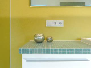 Zitronengelb und Petrol: moderne Badezimmer von Junghanns + Müller Architekten