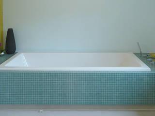 Baden mit der ganzen Familie: moderne Badezimmer von Junghanns + Müller Architekten
