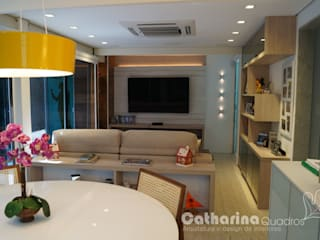 Catharina Quadros Arquitetura e Interiores Living room Multicolored