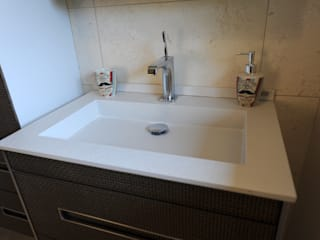 SDB élégante en marbre: Salle de bains de style  par ALG CONSEILS