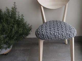 Krzesło z obrobionym siedziskiem. trzy manufaktury Korytarz, hol i schodyMeble do siedzenia Szary